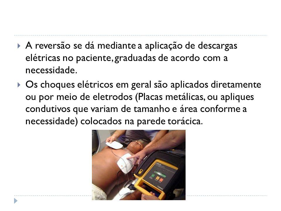 A reversão se dá mediante a aplicação de descargas elétricas no paciente, graduadas de acordo com a necessidade. Os choques elétricos em geral são apl