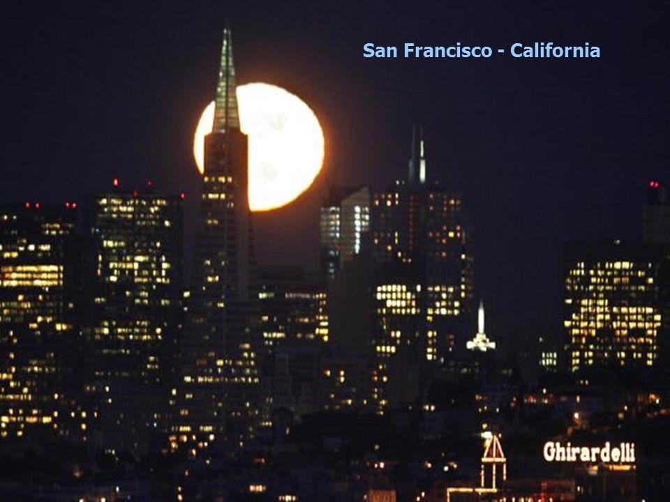 (To move to next slide click the little arrow below left) Liberdade com a Lua por Robert Frost – poeta americano. E xperimentei a lua nova em declive