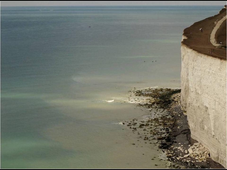 As falésias continuam sendo erosionados pelas ondas. Embora os grandes desprendimentos de rochas sejam raros, placas de gesso, com frequência, fratura