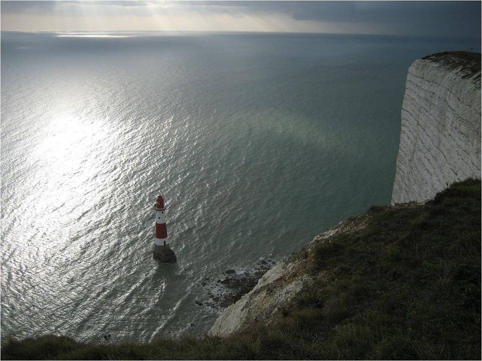 Durante mais de 80 anos, esta torre de listas vrmelhas e brancas funcionava graças a 3 operários. O farol foi automatizado, por completo, em 1983, com