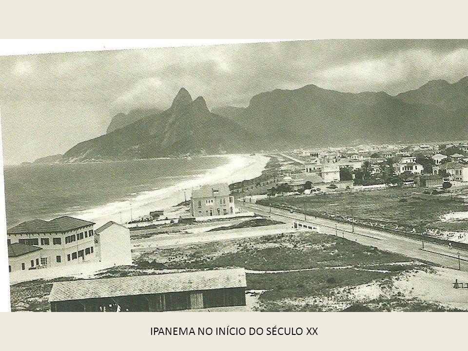 PRAIA DE ITAIPU COM O NAVIO CAMBOINHAS ENCALHADO 1958
