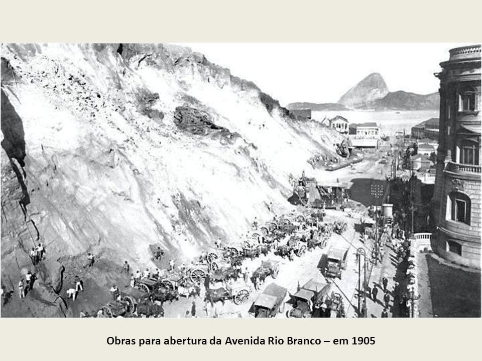 Obras para abertura da Avenida Rio Branco – em 1905