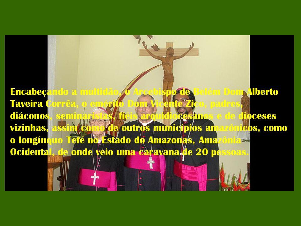 Encabeçando a multidão, o Arcebispo de Belém Dom Alberto Taveira Corrêa, o emérito Dom Vicente Zico, padres, diáconos, seminaristas, fiéis arquidioces