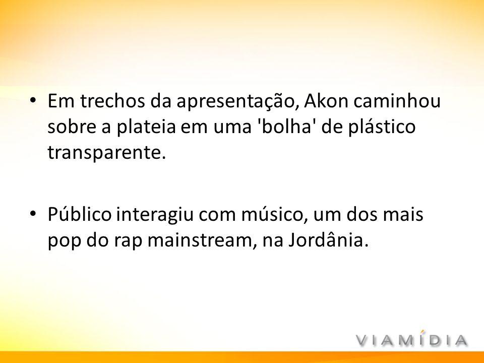 Em trechos da apresentação, Akon caminhou sobre a plateia em uma 'bolha' de plástico transparente. Público interagiu com músico, um dos mais pop do ra