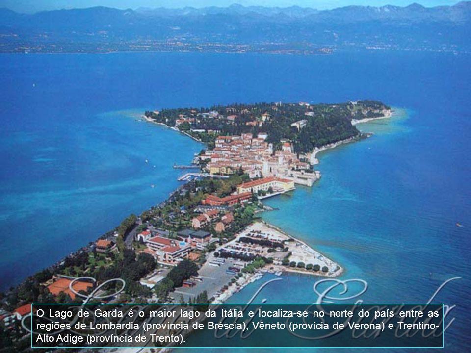 Aqui é uma visão parcial de uma marina e do lago de Garda, o maior da Itália.