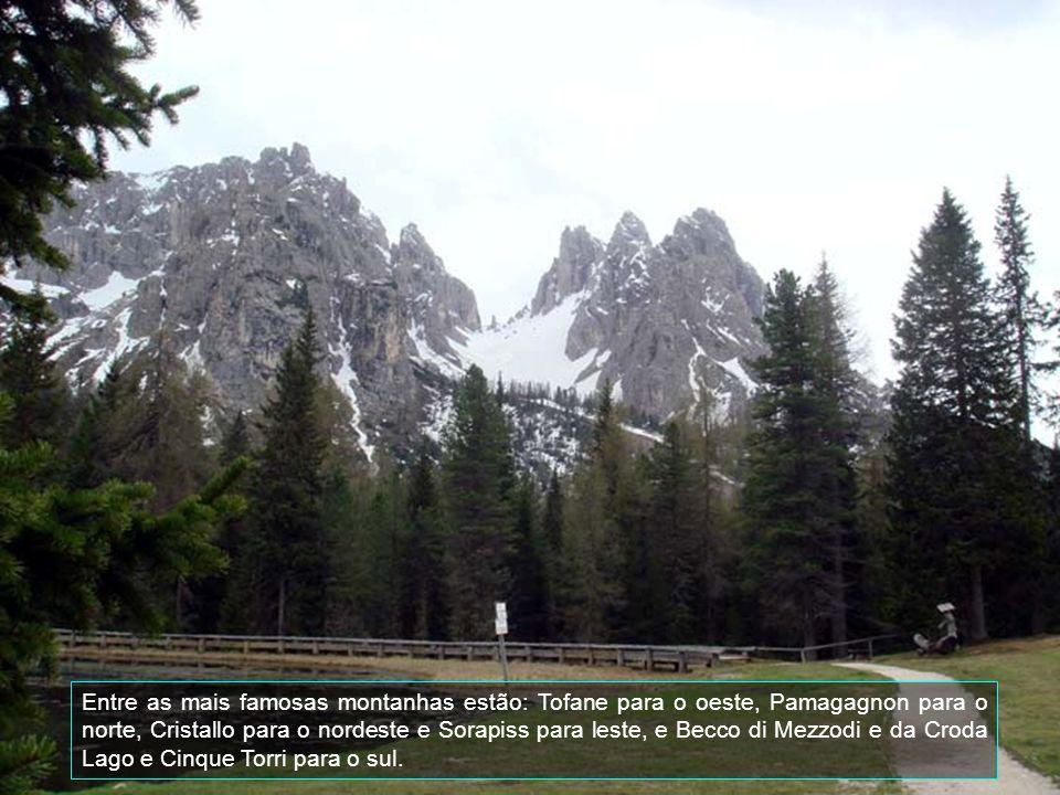 Está a uma altitude de 1224 metros do nivel do mar e cercada pelos quatro lados de montanhas Dolomitas.
