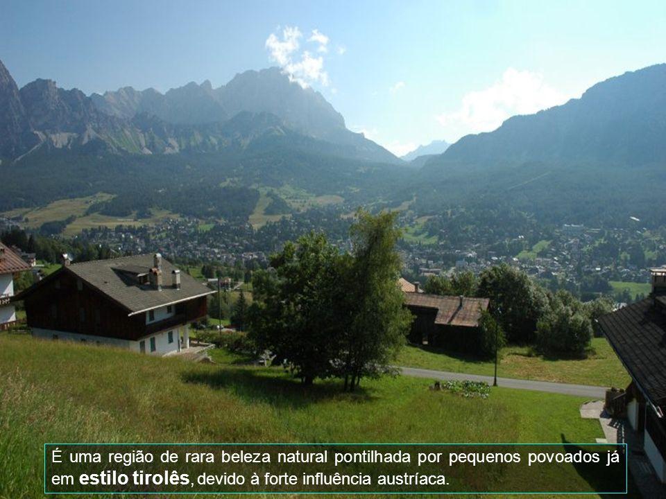 Saindo de Cortina DAmpezzo com destino à Áustria, passa-se pela deslumbrante Rota Romântica das Montanhas Dolomitas.