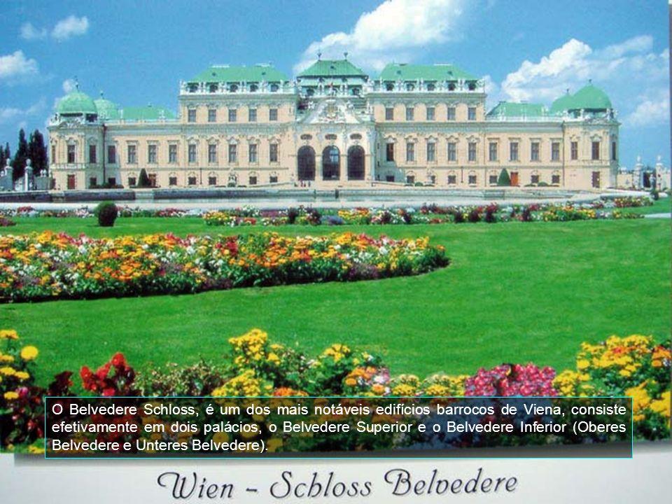 No Stadtpark, um dos mais bonitos da cidade de Viena, está a estátua Johann Strauss, um dos maiores compositores de valsas.