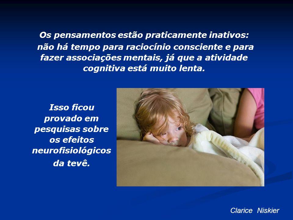 Os pensamentos estão praticamente inativos: não há tempo para raciocínio consciente e para fazer associações mentais, já que a atividade cognitiva est