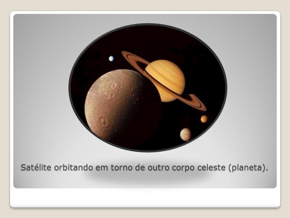 Satélite orbitando em torno de outro corpo celeste (planeta).