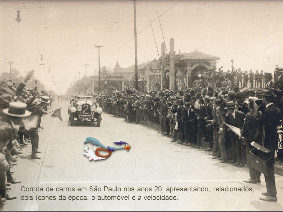 Corrida de carros em São Paulo nos anos 20, apresentando, relacionados, dois ícones da época: o automóvel e a velocidade.