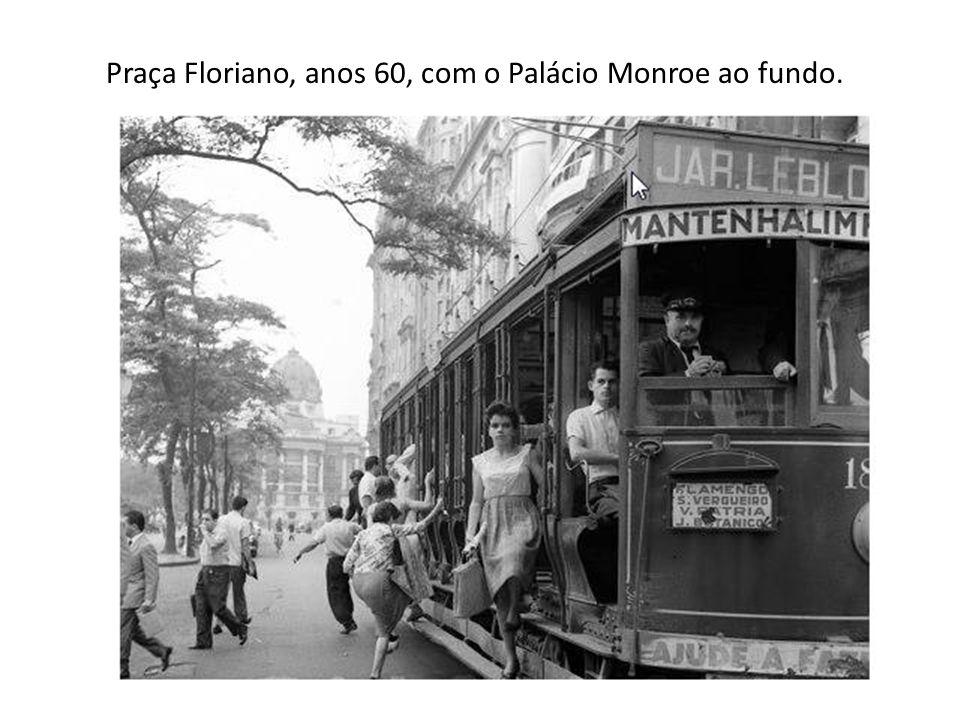 Praça Floriano, anos 60, com o Palácio Monroe ao fundo.