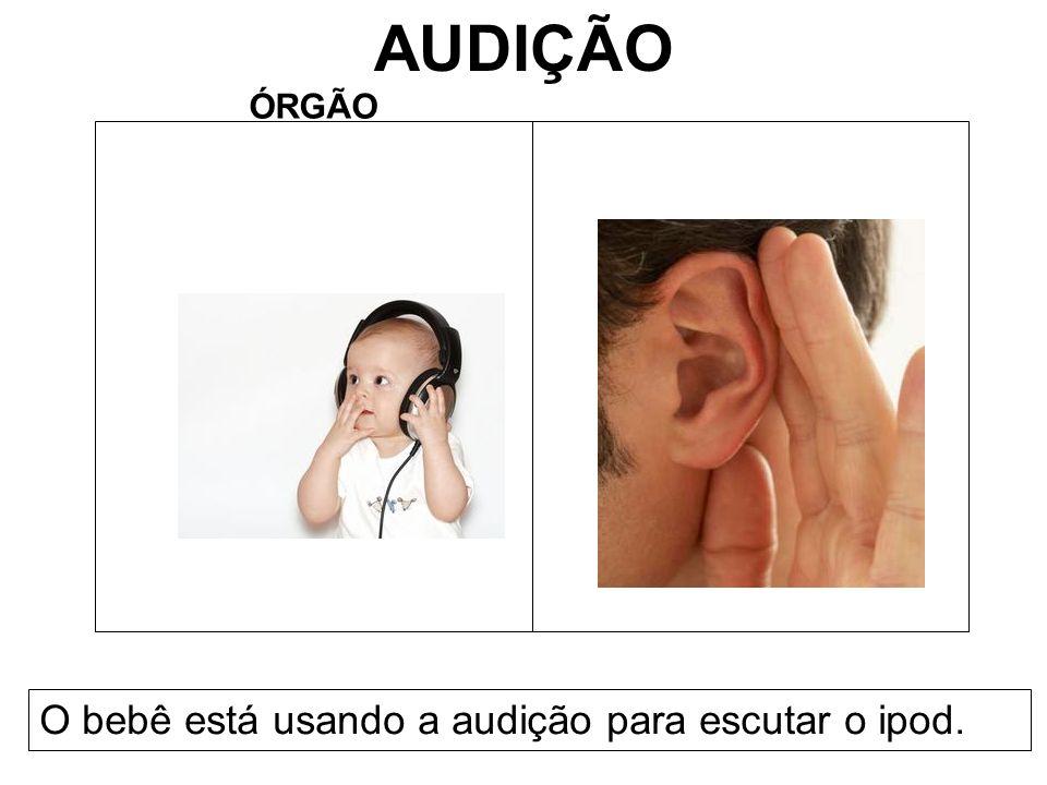 AUDIÇÃO ÓRGÃO O bebê está usando a audição para escutar o ipod.