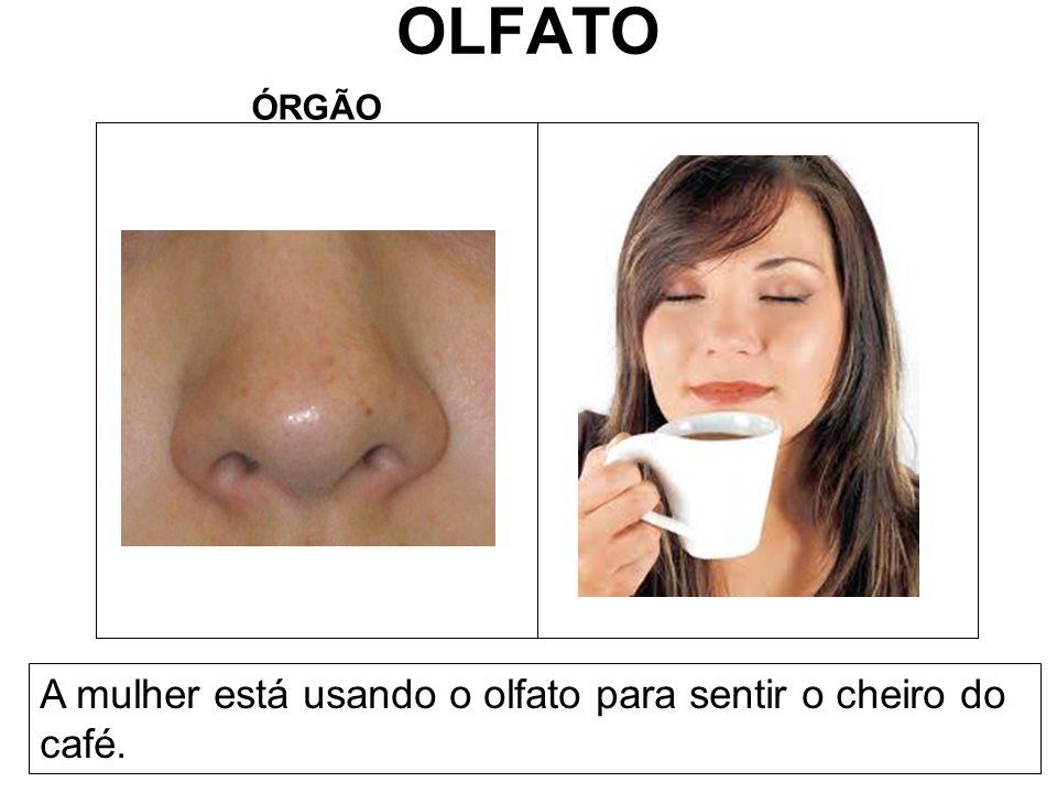 OLFATO ÓRGÃO A mulher está usando o olfato para sentir o cheiro do café.