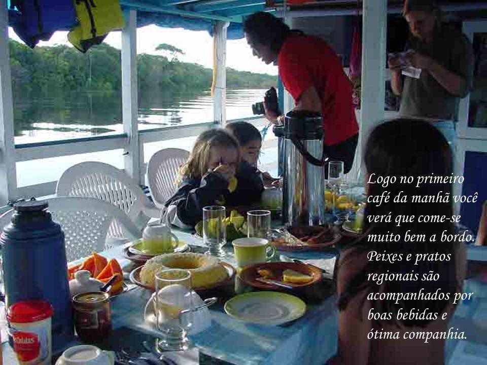 Logo no primeiro café da manhã você verá que come-se muito bem a bordo. Peixes e pratos regionais são acompanhados por boas bebidas e ótima companhia.