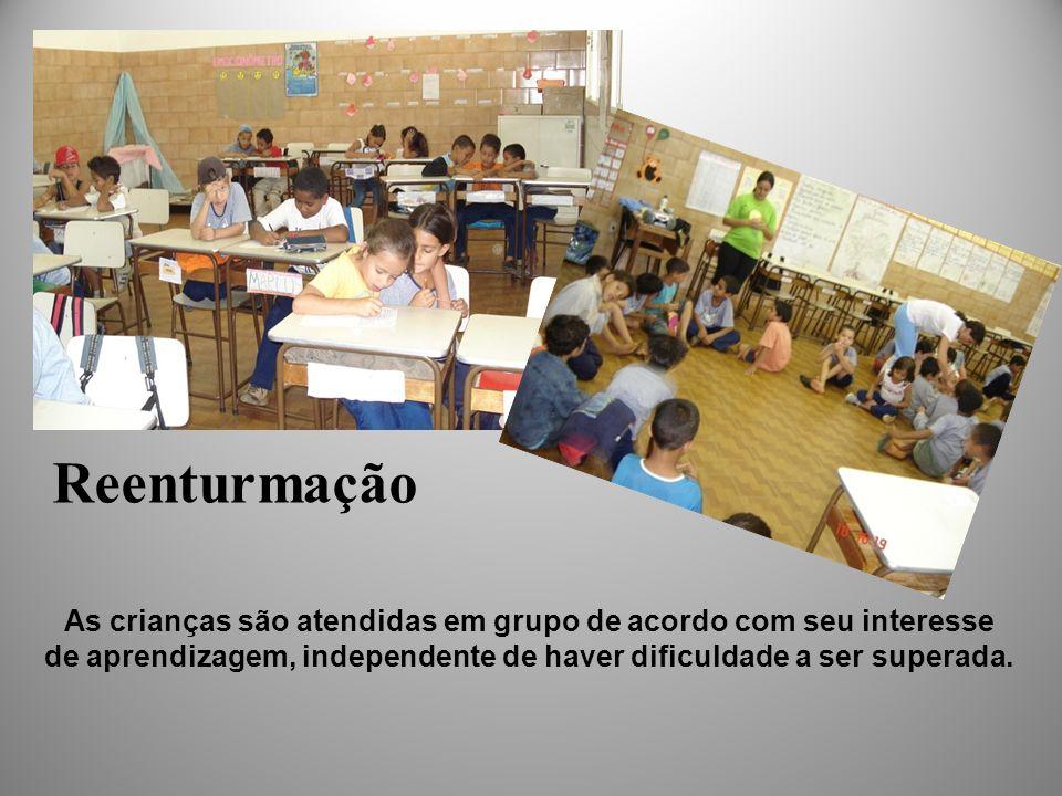 As crianças são atendidas em grupo de acordo com seu interesse de aprendizagem, independente de haver dificuldade a ser superada. Reenturmação
