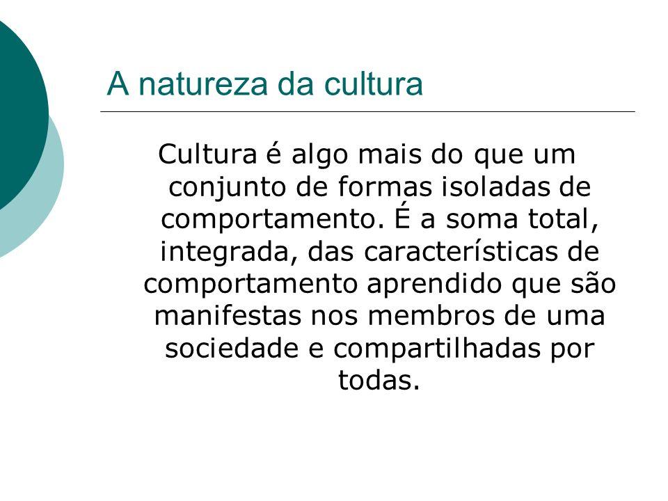 A natureza da cultura Cultura é integralmente o resultado de invenção social, e pode ser considerada como herança social, pois é transmitida por ensinamento a cada nova geração.