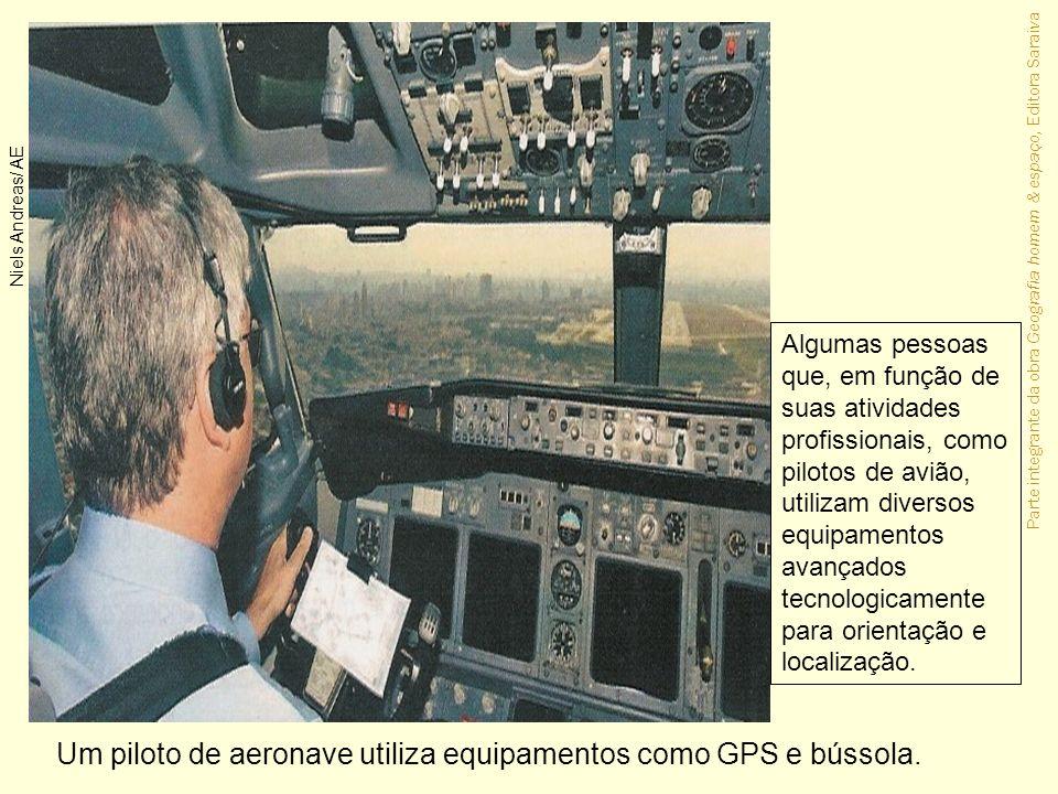 Parte integrante da obra Geografia homem & espaço, Editora Saraiva Um piloto de aeronave utiliza equipamentos como GPS e bússola. Niels Andreas/ AE Al