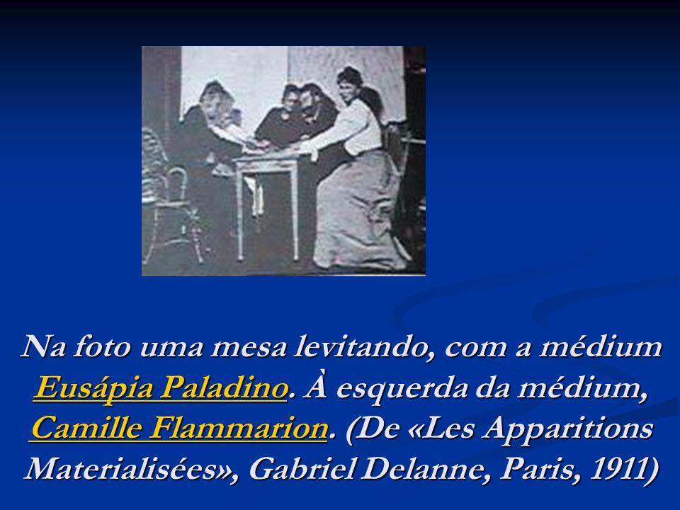 Na foto uma mesa levitando, com a médium Eusápia Paladino. À esquerda da médium, Camille Flammarion. (De «Les Apparitions Materialisées», Gabriel Dela