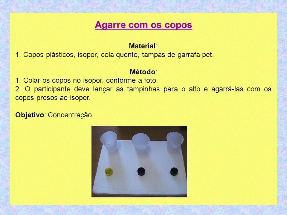 Agarre com os copos Material: 1. Copos plásticos, isopor, cola quente, tampas de garrafa pet. Método: 1. Colar os copos no isopor, conforme a foto. 2.