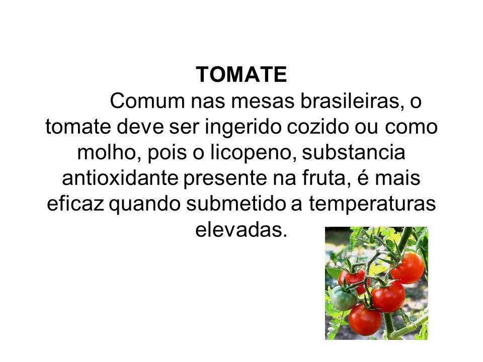 TOMATE Comum nas mesas brasileiras, o tomate deve ser ingerido cozido ou como molho, pois o licopeno, substancia antioxidante presente na fruta, é mai