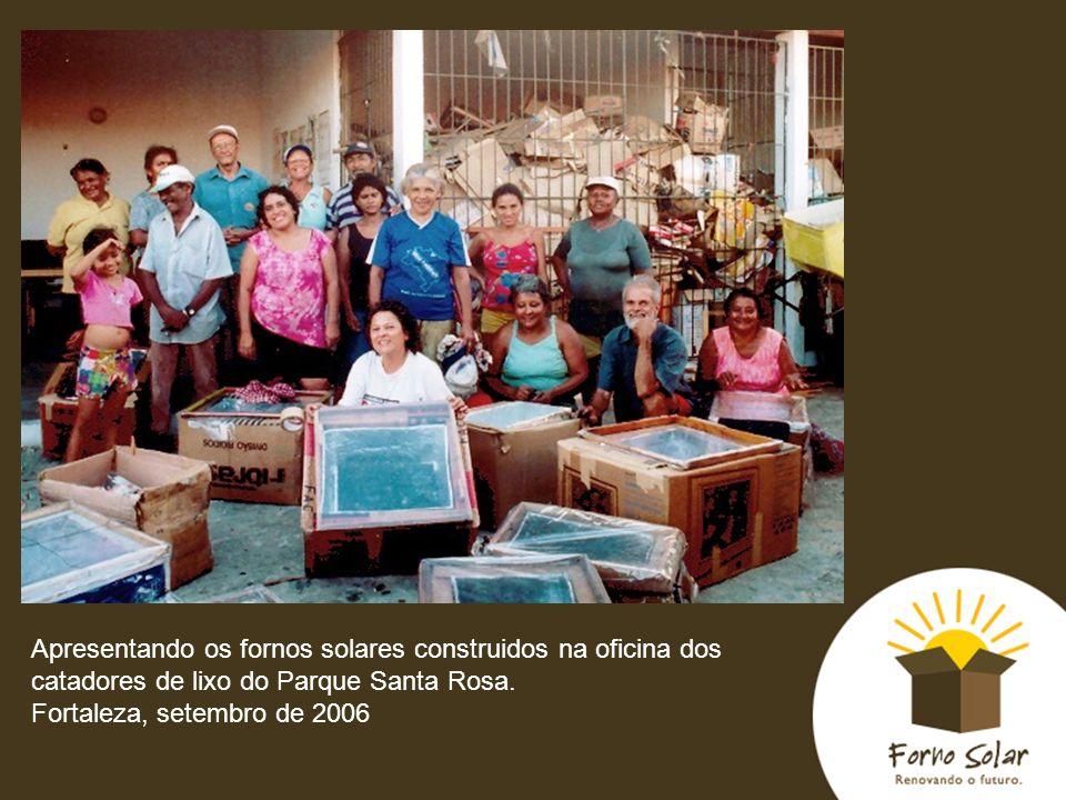 Apresentando os fornos solares construidos na oficina dos catadores de lixo do Parque Santa Rosa. Fortaleza, setembro de 2006