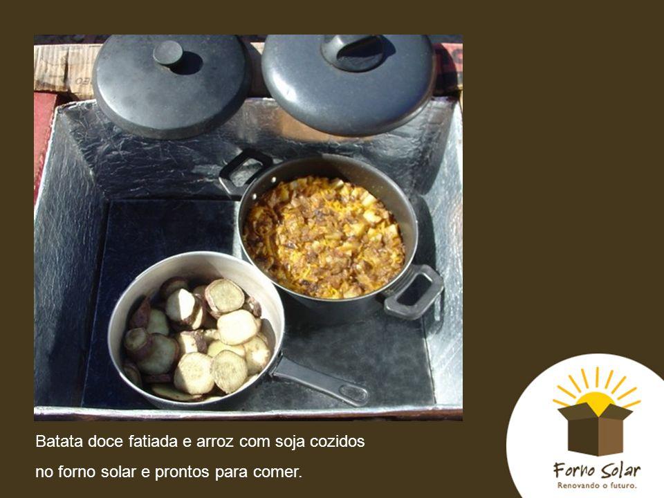 Batata doce fatiada e arroz com soja cozidos no forno solar e prontos para comer.