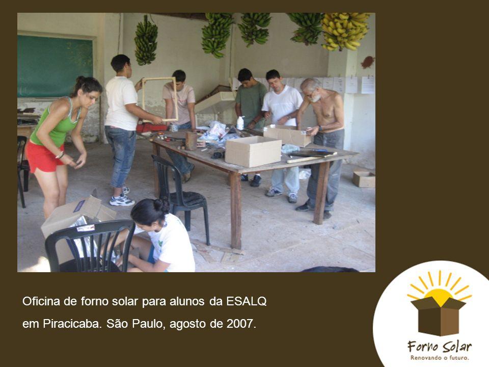 Oficina de forno solar para alunos da ESALQ em Piracicaba. São Paulo, agosto de 2007.