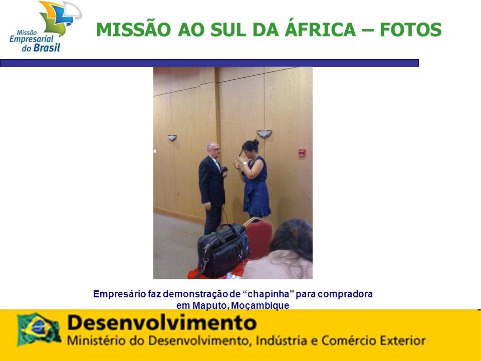 MISSÃO AO SUL DA ÁFRICA – FOTOS Empresário faz demonstração de chapinha para compradora em Maputo, Moçambique