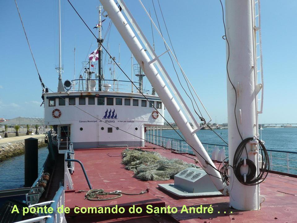 Um pequeno navio regressado da faina, passando junto ao Navio Museu...