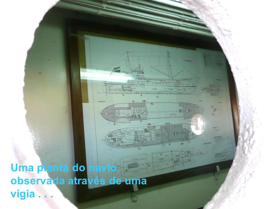 Pequena embarcação de apoio à pesca...