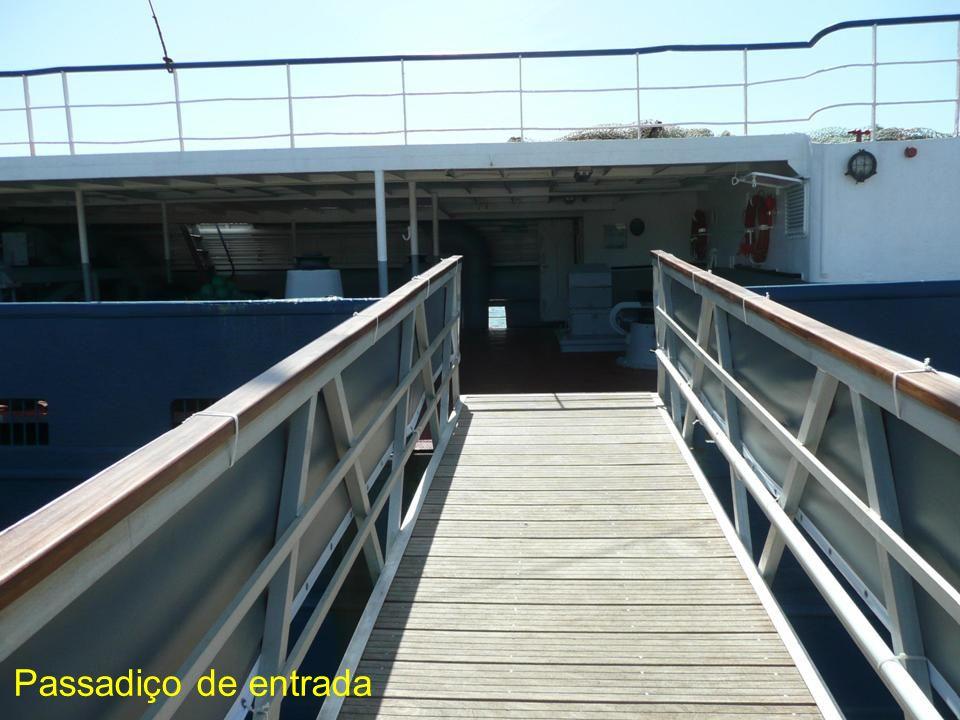 A ponte de comando do Santo André...