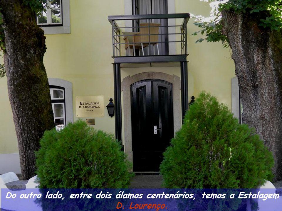 Destacando-se a entrada tipo alpendre com dois pilares e no seu interior uns bonitos azulejos datados do sec.
