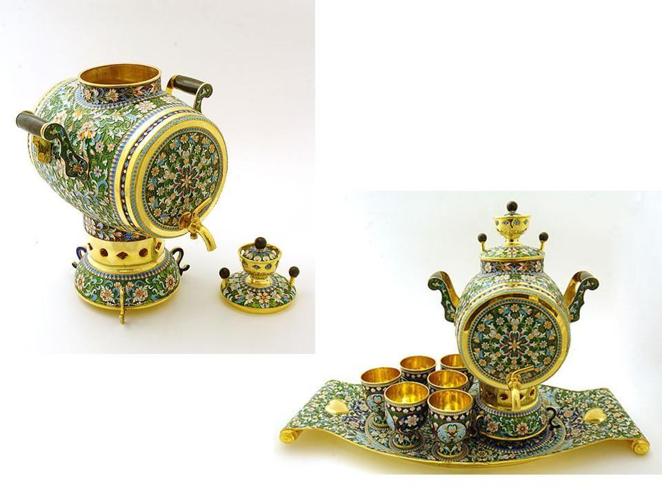 Uma adição obrigatória para um samovar é uma bandeja. Geralmente esmaltada com pinturas tradicionais de flores, frutas e pássaros, etc. Bandejas russa
