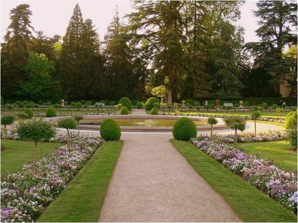 O castelo de Chenonceau apresenta dois jardins principais: jardim de Diana de Poitiers e o jardim de Catalina de Medici, cada um deles em um lado da Tour des Marques, único vestigio da primitiva fortaleza desaparecida com a construção do castelo atual.