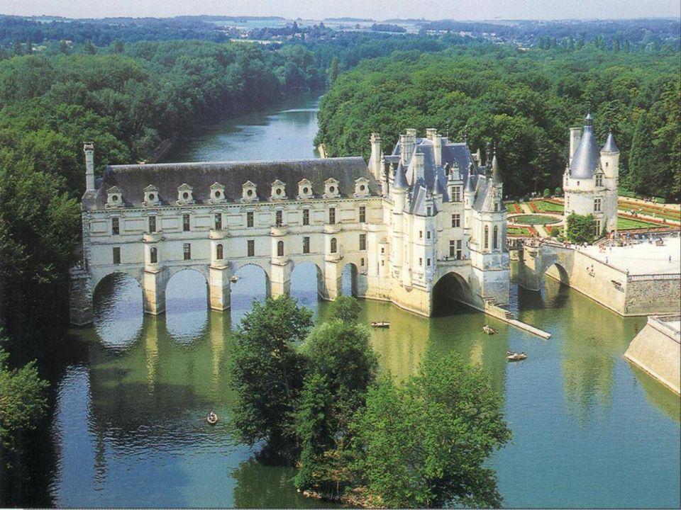 O Castelo de Chenonceau, obra mestre do renascimento francês, é famoso por sua bela galeria sobre o rio Cher.