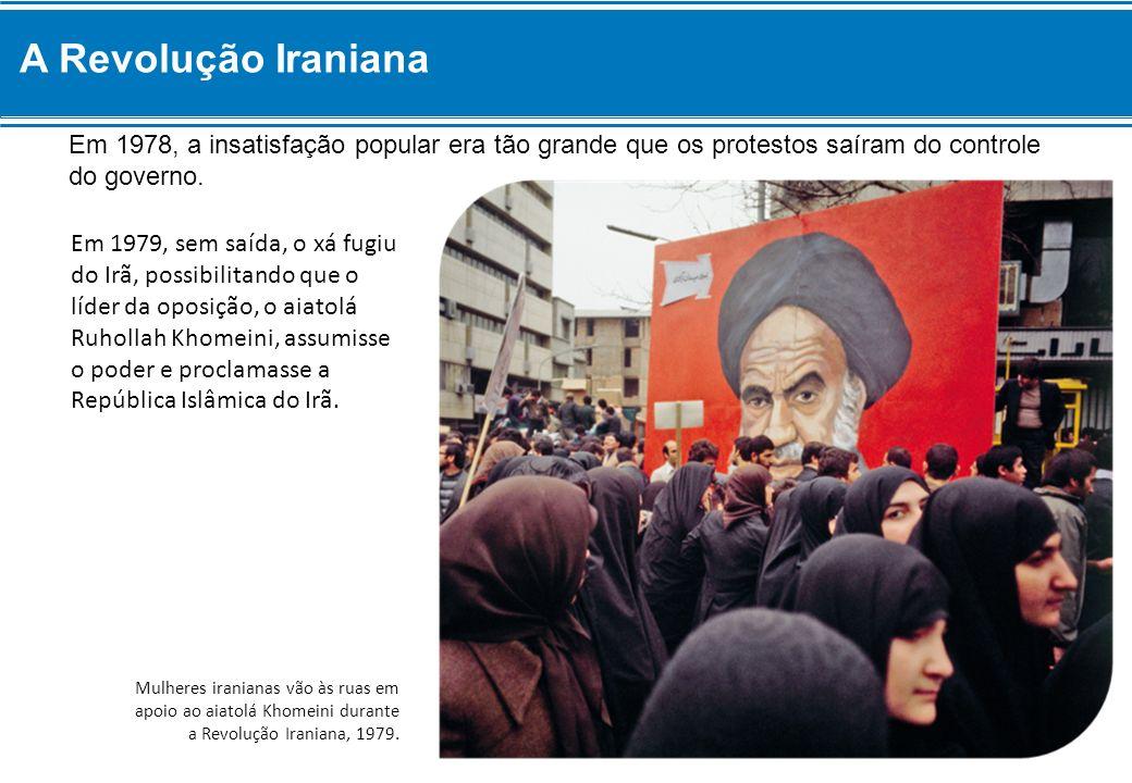 Em 1978, a insatisfação popular era tão grande que os protestos saíram do controle do governo. Em 1979, sem saída, o xá fugiu do Irã, possibilitando q