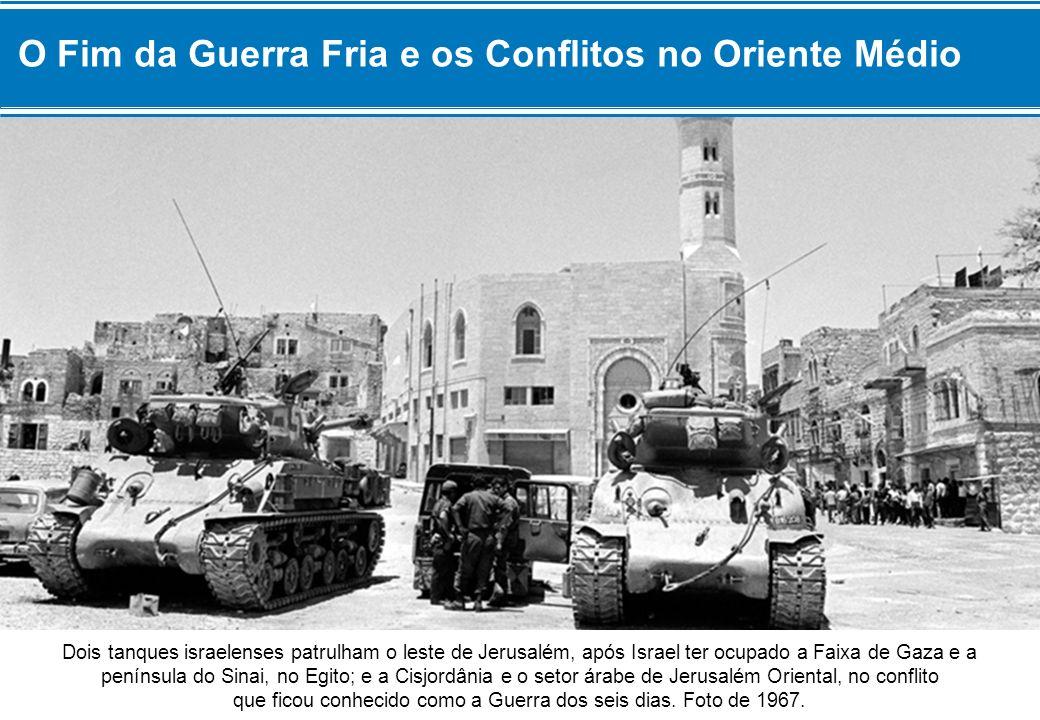 Dois tanques israelenses patrulham o leste de Jerusalém, após Israel ter ocupado a Faixa de Gaza e a península do Sinai, no Egito; e a Cisjordânia e o