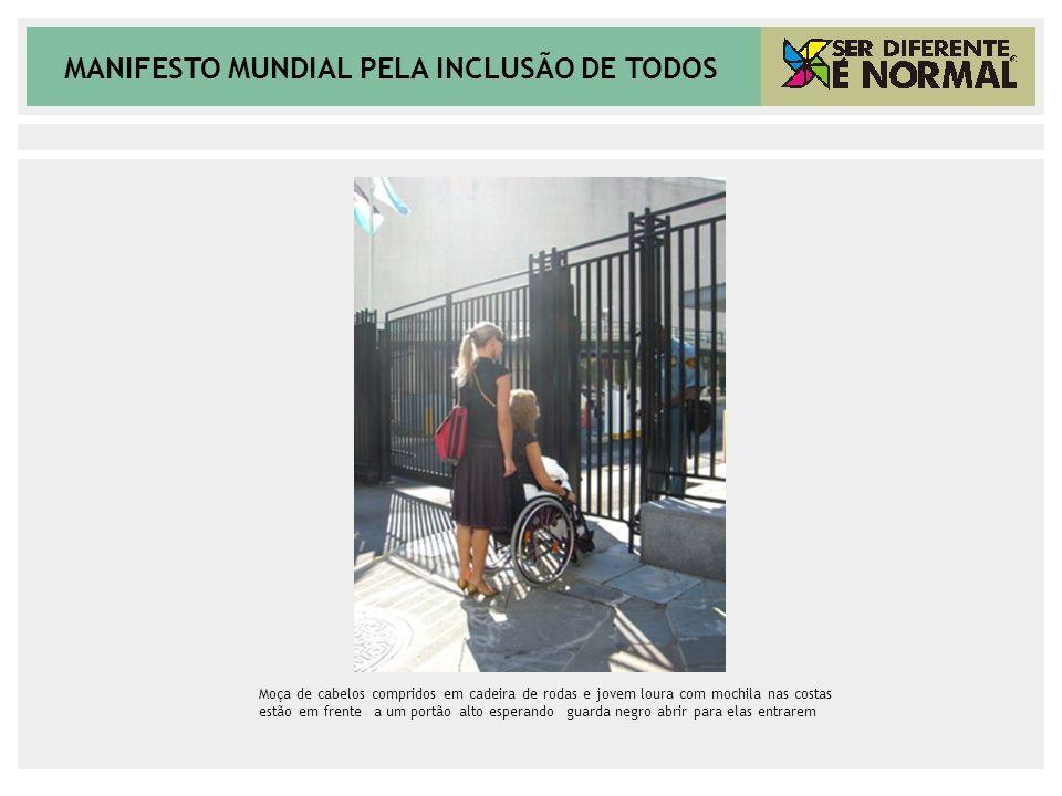 MANIFESTO MUNDIAL PELA INCLUSÃO DE TODOS Moça de cabelos compridos em cadeira de rodas e jovem loura com mochila nas costas estão em frente a um portã