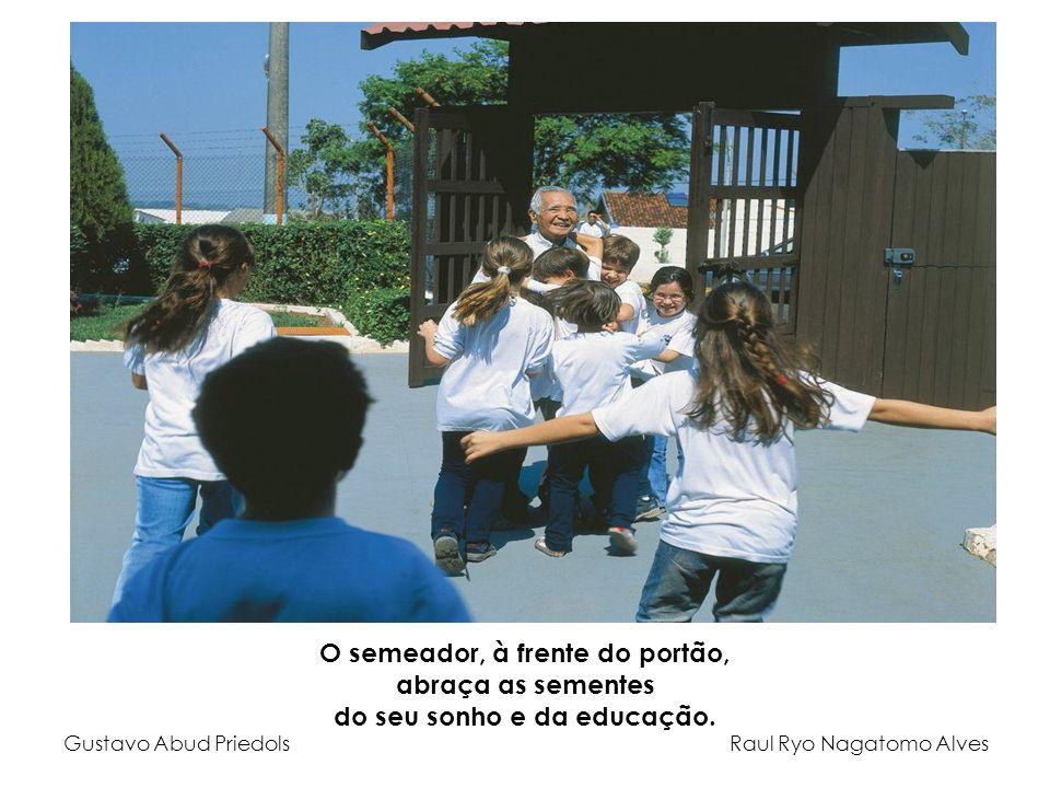 O semeador, à frente do portão, abraça as sementes do seu sonho e da educação. Gustavo Abud Priedols Raul Ryo Nagatomo Alves