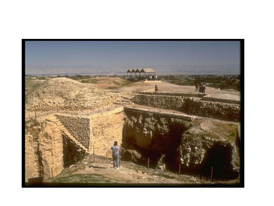 HISTÓRIA DAS ESCAVAÇÕES As primeiras escavações registradas aconteceram entre 1867 e 1868 pelo arqueólogo inglês Charles Warren.
