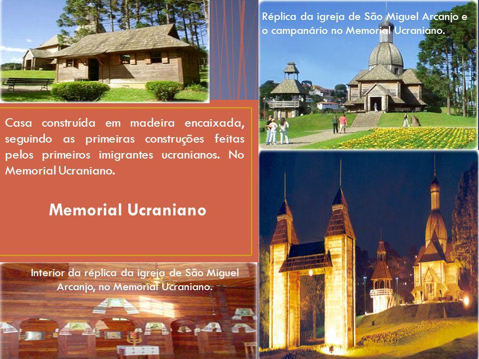 Memorial Ucraniano Réplica da igreja de São Miguel Arcanjo e o campanário no Memorial Ucraniano.