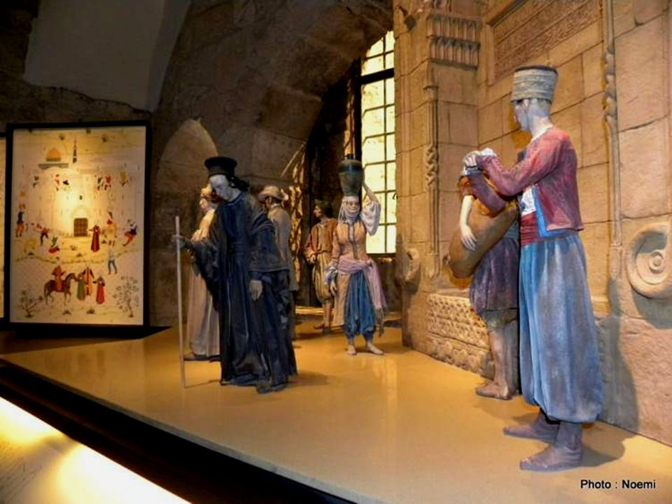 Typical figures in Jerusalem at the end of the Ottoman period Valores típicos de Jerusalém, no final do período otomano Arab water carrie r Turkish soldier Greek Orthodox priest Arab Woman Sepharadi Jew Armenian priest Arab peasant European visitor Valores típicos de Jerusalém, no final do período otomano