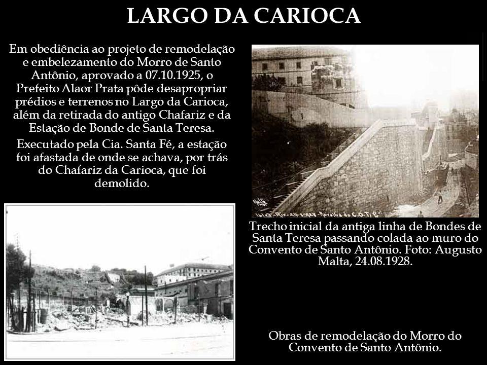LARGO DA CARIOCA Ainda Moreira de Azevedo, em 1877, sobre o Hospital: O portão de entrada ao lado direito do edifício, próximo ao chafariz da carioca, apresenta duas pilastras de granito, que sustentam as estátuas de marmore da piedade e da caridade, com dez palmos de altura.