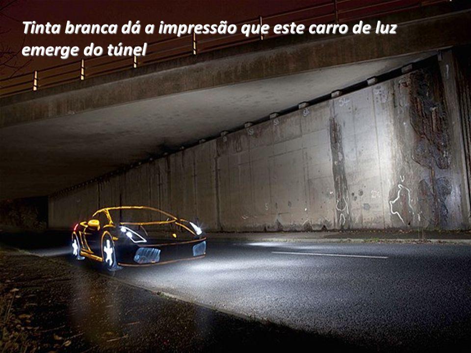 Tinta branca dá a impressão que este carro de luz emerge do túnel