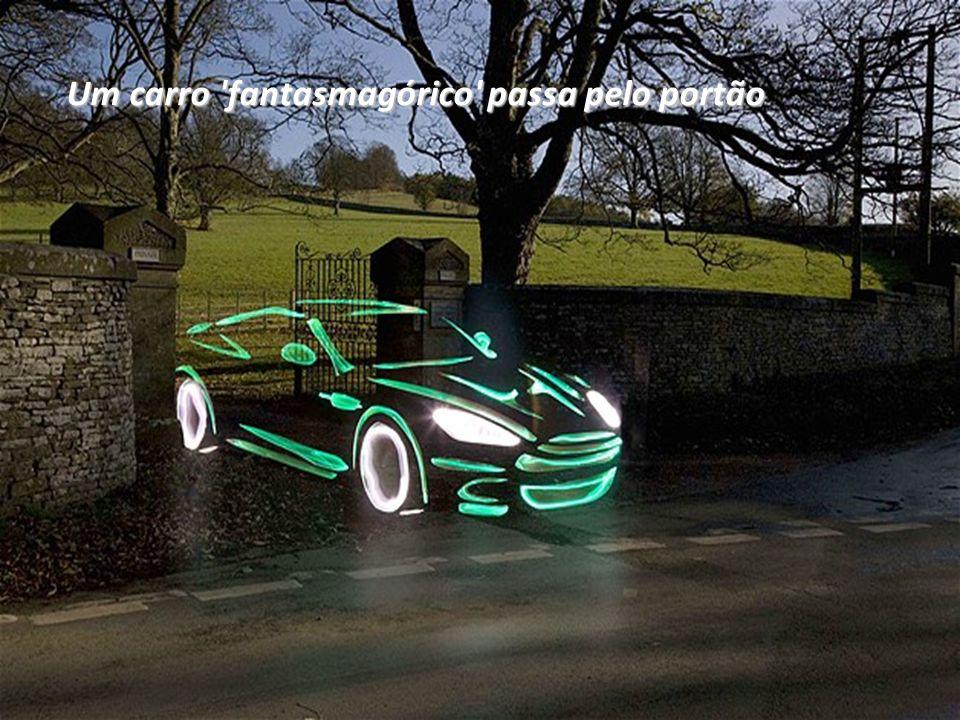 Um carro 'fantasmagórico' passa pelo portão