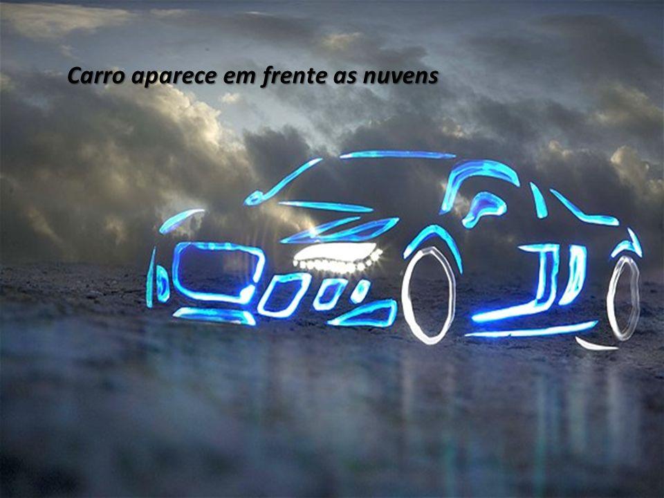 Carro aparece em frente as nuvens