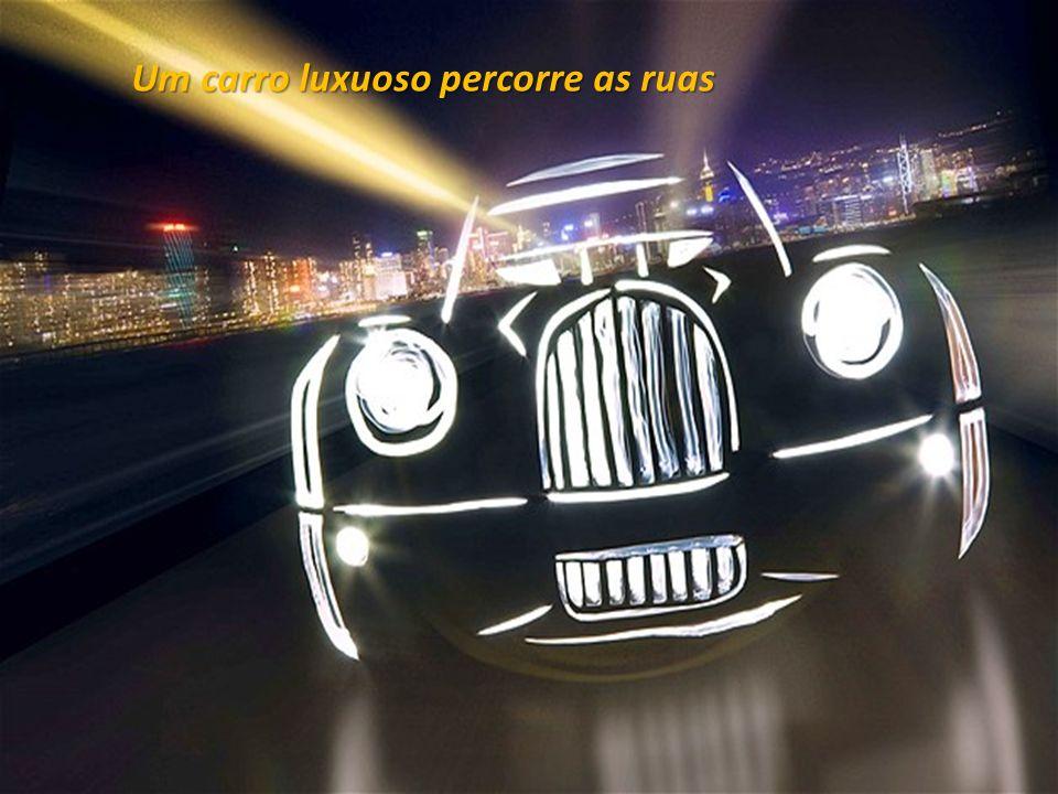 Um carro luxuoso percorre as ruas