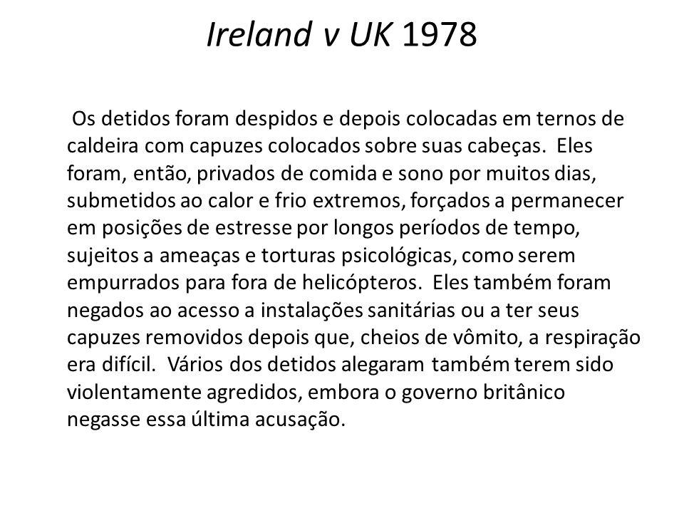 Ireland v UK 1978 Os detidos foram despidos e depois colocadas em ternos de caldeira com capuzes colocados sobre suas cabeças.
