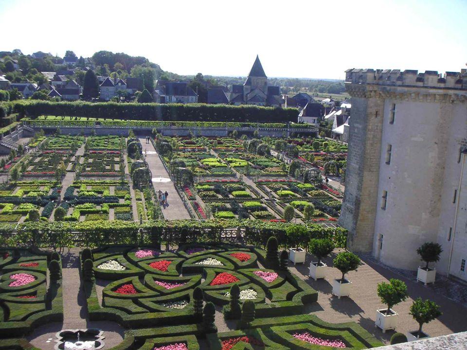 A horta: A horta: No terraço mais baixo, entre o castelo e povoado de Villandry, se encontra o jardim dos vegetais, quiçá a parte mais famosa dos jardines de Villandry.